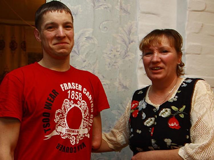 Сын и мать счастливы: они нашли друг друга, но пока еще не могут до конца поверить в это.