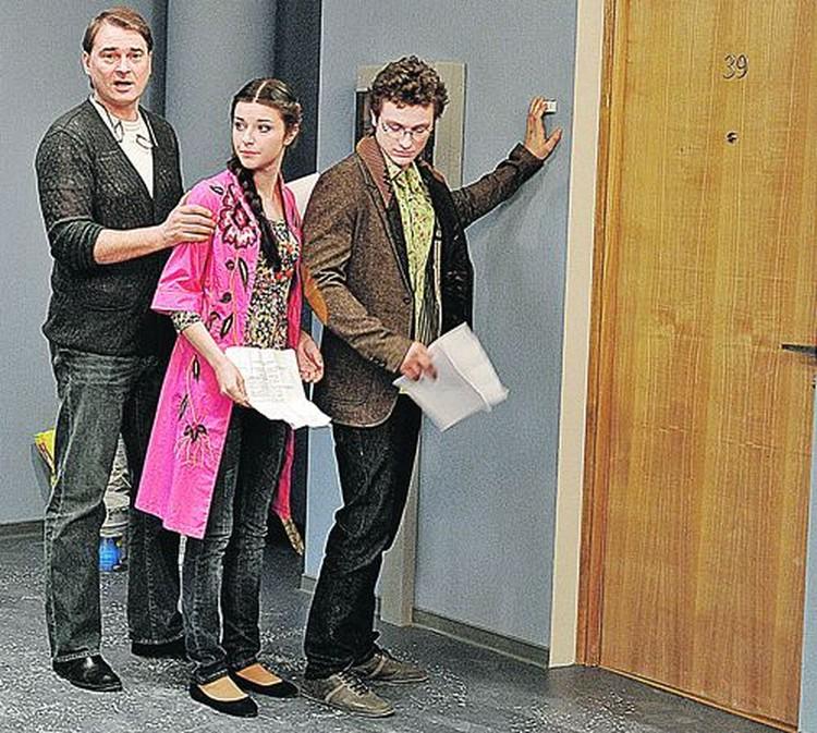 Режиссер Александр Жигалкин объясняет Даше и Венику, как сыграть сцену.