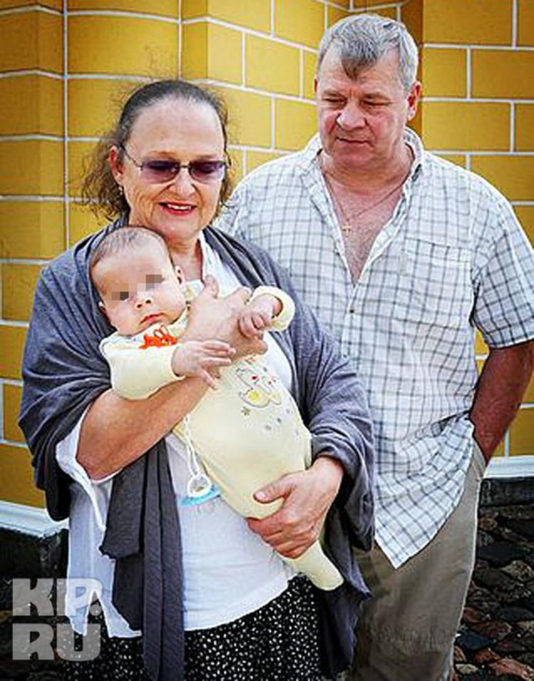 Людмила и Николай Савельевы (на фото они с внуком) не вызывали подозрений.