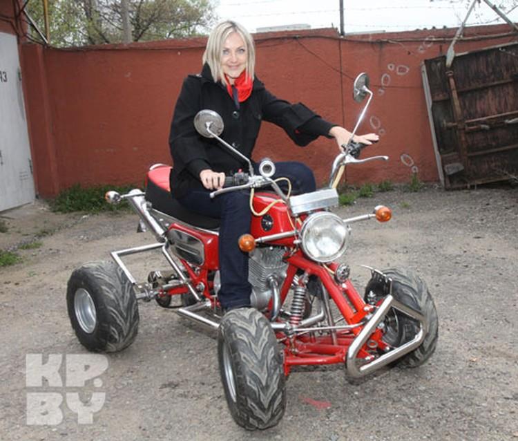Корреспондент «Комсомолки» теперь знает: квадроцикл знаменитого мастера свободно разгоняется до 80-ти километров в час.