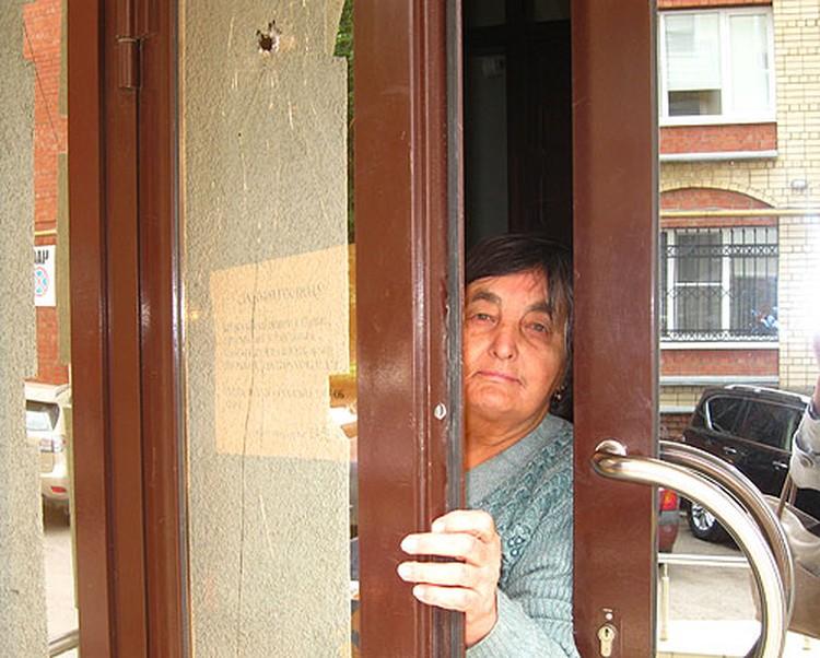 На стенах и дверях соседнего дома следы от пуль.