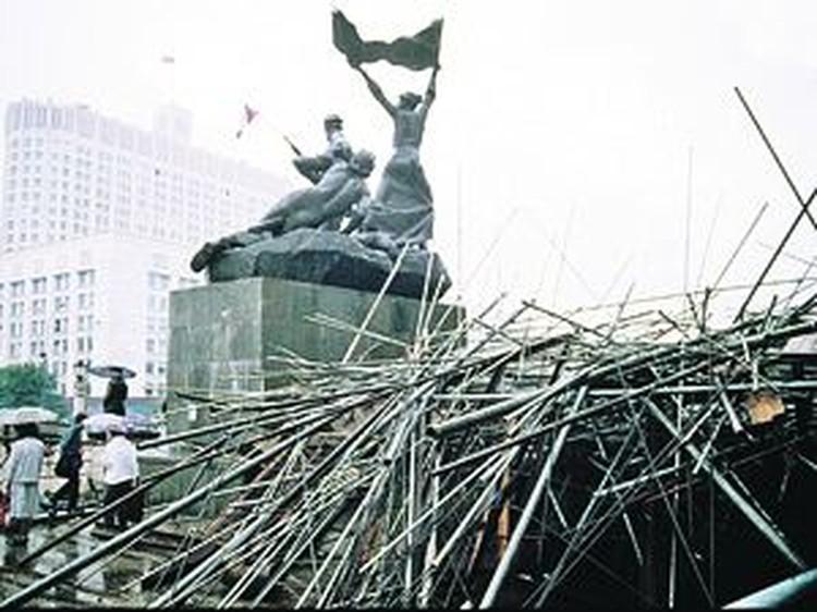 Народ строил баррикады у «Белого дома».