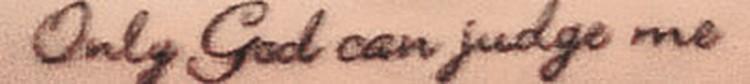 Отстаивая свою самостоятельность, девушка сделала тату с надписью  по-английски: «Только Бог может судить меня».