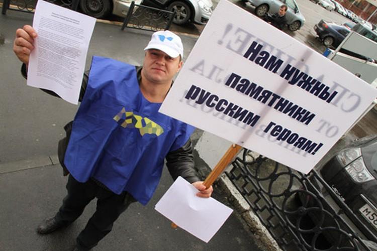 Во время пресс-конференции, которую Мирослав Рамеш давал в редакции «КП», у входа в здание появились шесть человек.