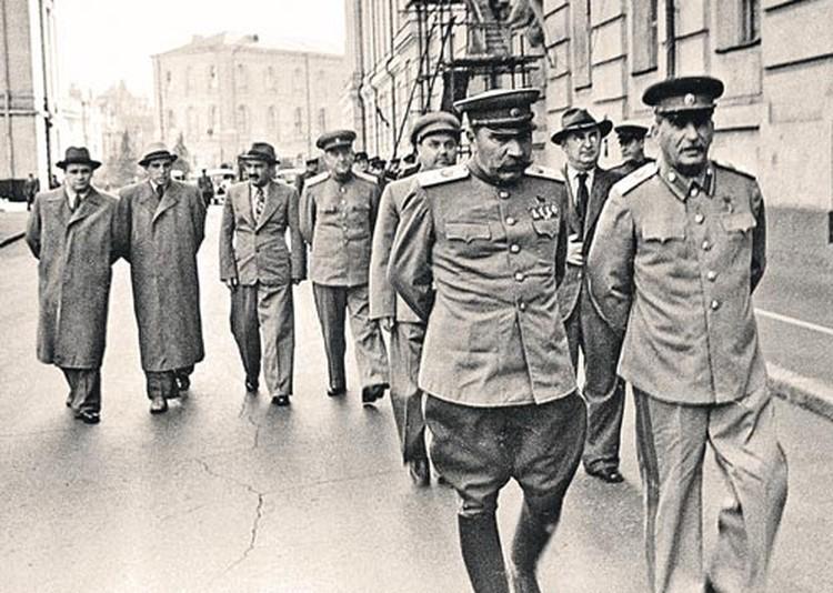 Неизвестный дневник Буденного (на фото - слева от Сталина) показывают начало войны с непривычной стороны.