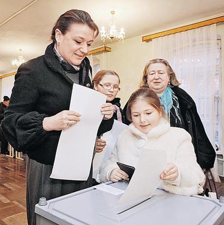 Актриса Анастасия Мельникова пришла на избирательный участок в родном Петербурге вместе со своей мамой, племянницей  и дочкой Машей. Опускать бюллетени доверили, конечно, Маше.