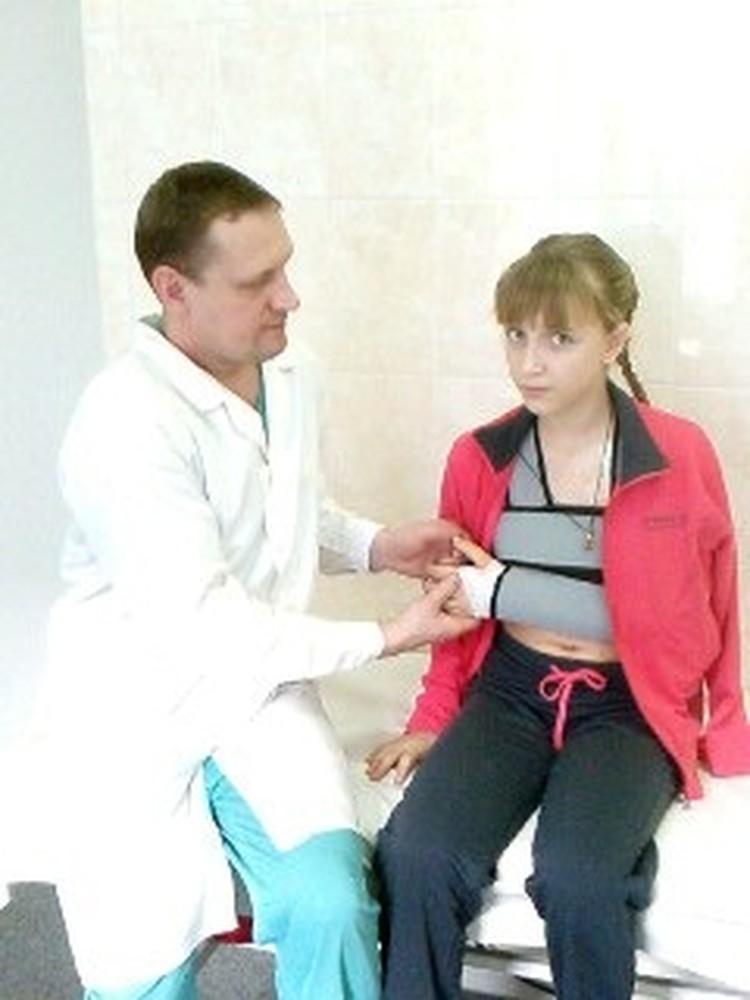 Андрей Сигарев, заведующий отделением микрохирургии, уже готовит Настю к выписке из больницы.