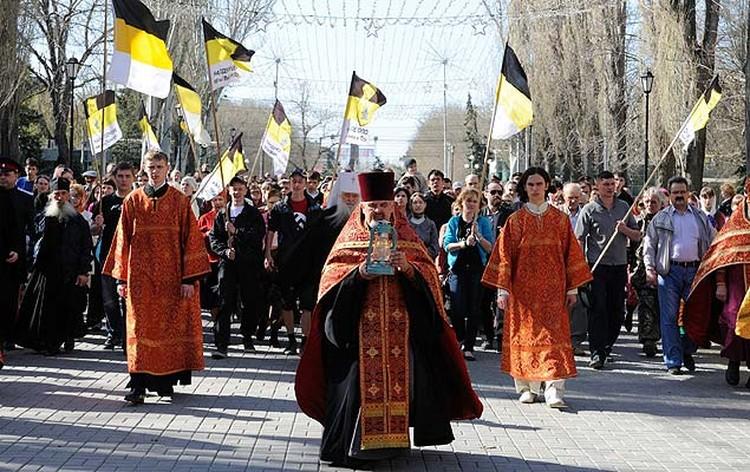 Священники извинились перед мирянами за свастики на крестном ходе.