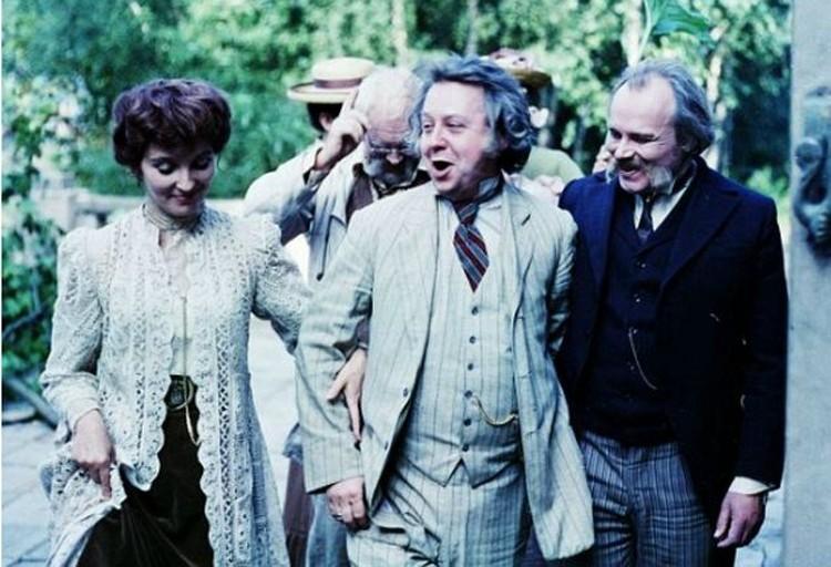 Актеры частенько после съемок неспешно возвращались в гостиницу, ведя светские беседы - вживались в роли.