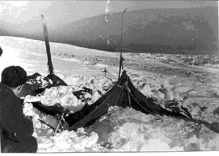 Такой обнаружили последнюю стоянку дятловцев поисковики Шаравин и Слобцов. Палатка частично завалена снегом.