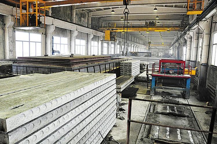 Действующий формовочный цех по производству сборных железобетонных конструкций.