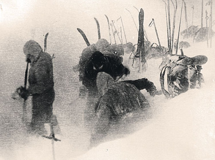 ...вечер 1 февраля: ребята расчищают площадку для установки палатки - последний раз в своей жизни.