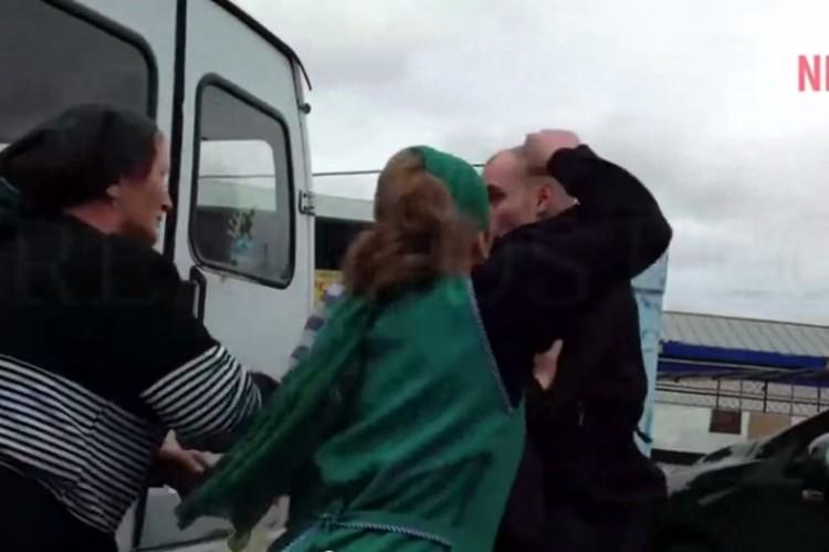 Полицейского атакует продавщица рынка