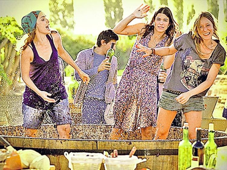 Пока главные герои играли в любовь,  их друзья давили виноград.