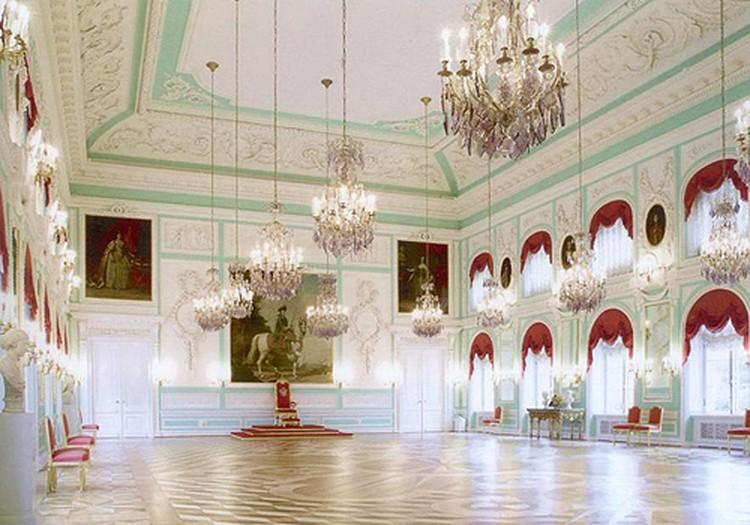 Тронный зал в Большом дворце поражает сввоим величием.