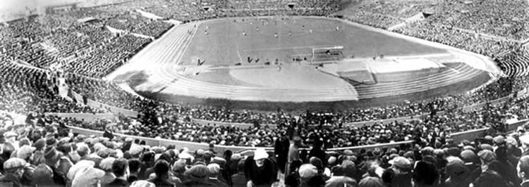 Футбол в СССР был очень популярен - стадион заполнялся под завязку.