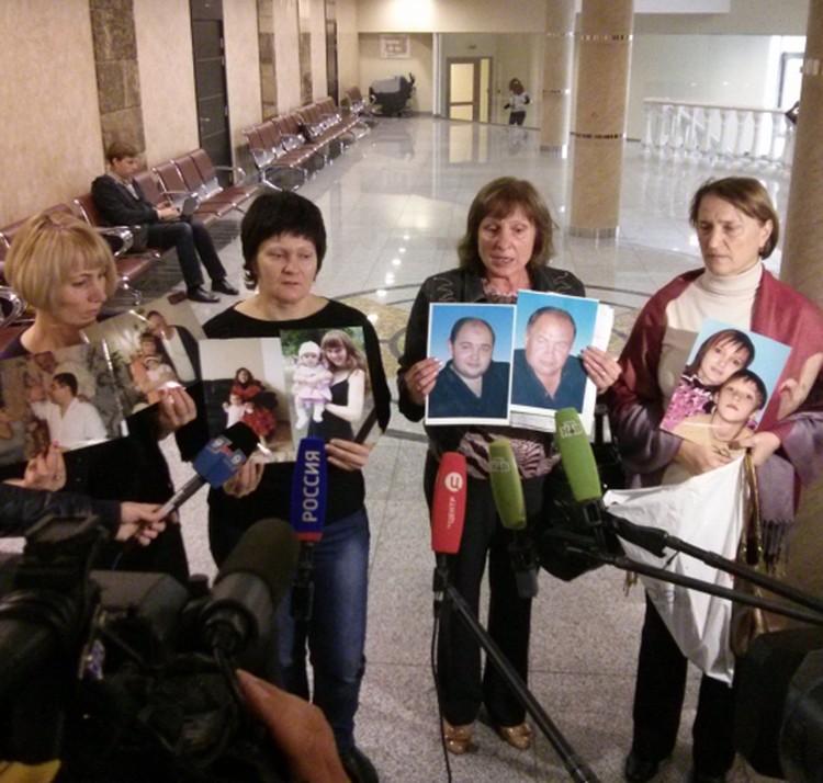 Родственники погибших от рук банды пришли в суд с фотографиями своих близких