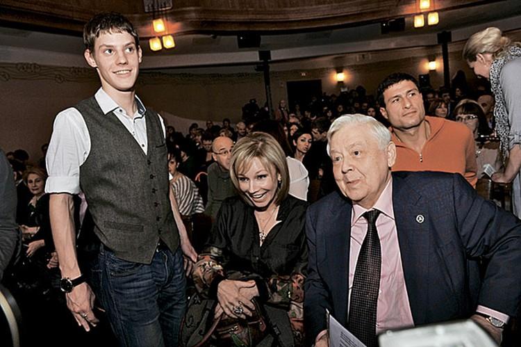 Мэтр Олег Табаков с женой Мариной Зудиной. Слева - их 18-летний сын Павел. Да-да, детки быстро растут!