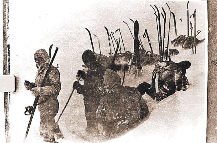 Последнее фото группы Дятлова. Туристы в последний раз в своей жизни ставят палатку. На перевале мороз и сильный ветер.