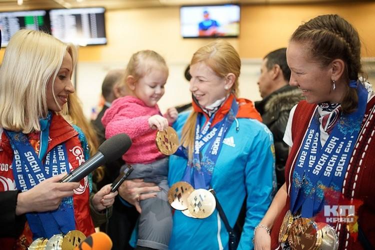 Олимпийские чемпионки (слева направо): Михалина Лысова, Алена Кауфман и Анна Миленина