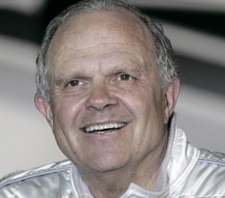 Стив Фоссет прославился тем, что совершил первый беспосадочный одиночный перелет на воздушном шаре вокруг света.