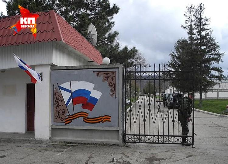 Недели не прошло, как часть в Перевальном перестала быть украинской, а на воротах КПП бывшей бригады уже красуется российский флаг