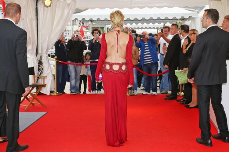 , Звезда пришла на него  в очень открытом платье темно-красного цвета с эффектно оголенной спиной.