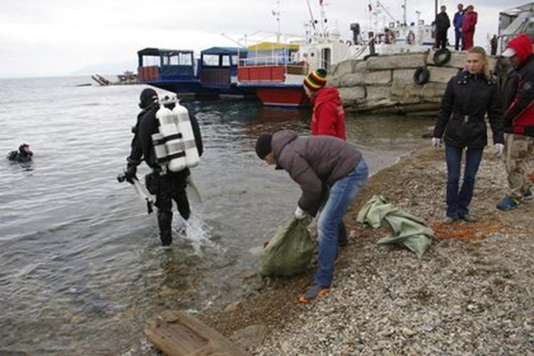 Водолазы очистили дно Байкала от мусора