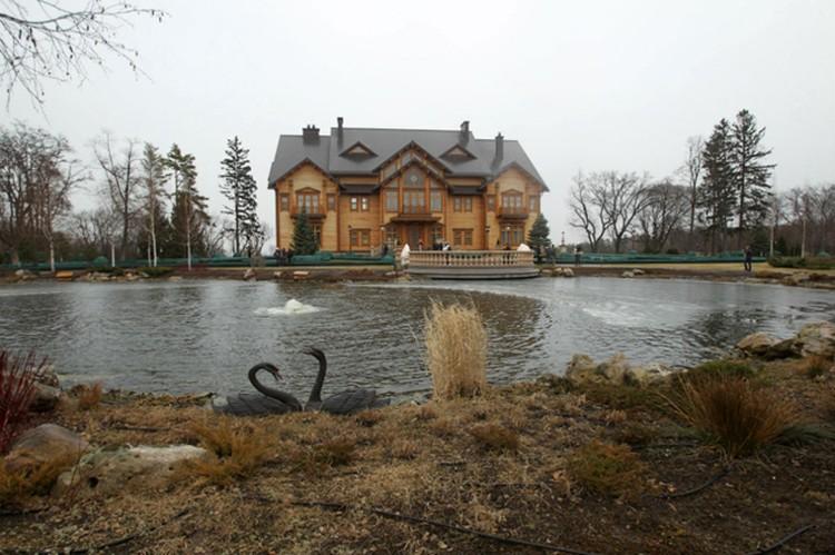 На территории резиденции обнаружили сеть озер. В одном из них, за стеклянной верандой, джакузи.