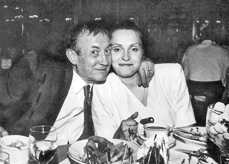 Счастливые новобрачные. Евгений Евтушенко и его Маша за свадебным столом. 31 декабря 1986 года.
