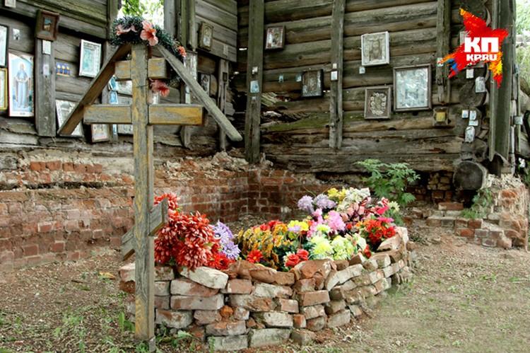 У северной стены алтаря устроена могила священника.