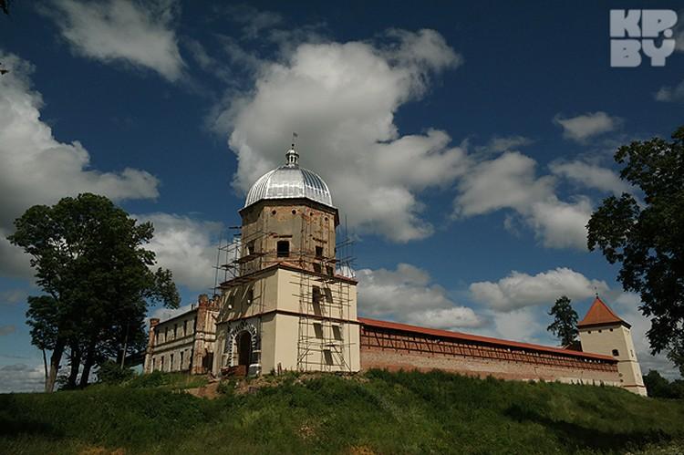 На берегу Немана сейчас восстанавливают Любчанский замок 16-го века.