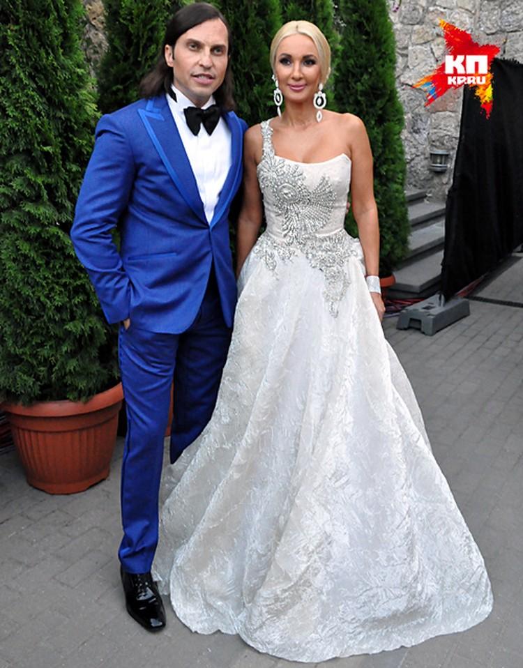 Лера Кудрявцева подчеркнула свою стройную фигуру белоснежным платьем от дизайнера Игоря Гуляева