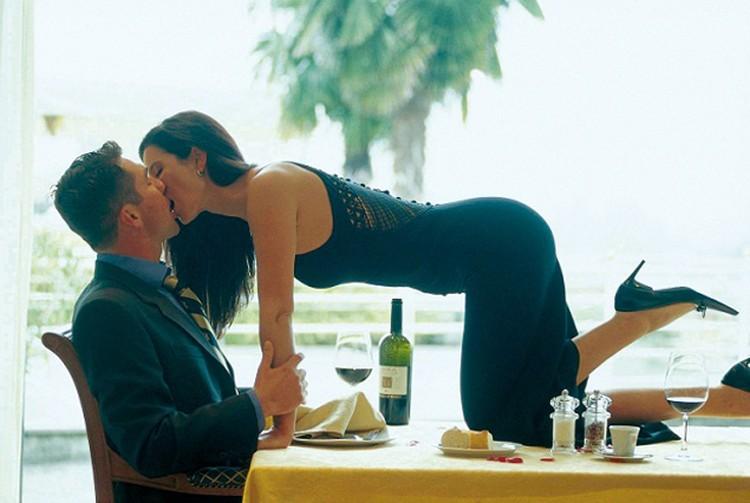 Вступить в интимные отношения на первом же свидании - не самая лучшая стратегия для женщины, уверяют ученые.