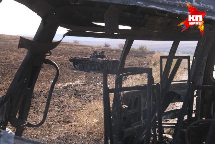 Сгоревшая техника вдоль дорог напоминает трассу под Бенгази в Ливии в 2011 году, после натовской бомбардировки