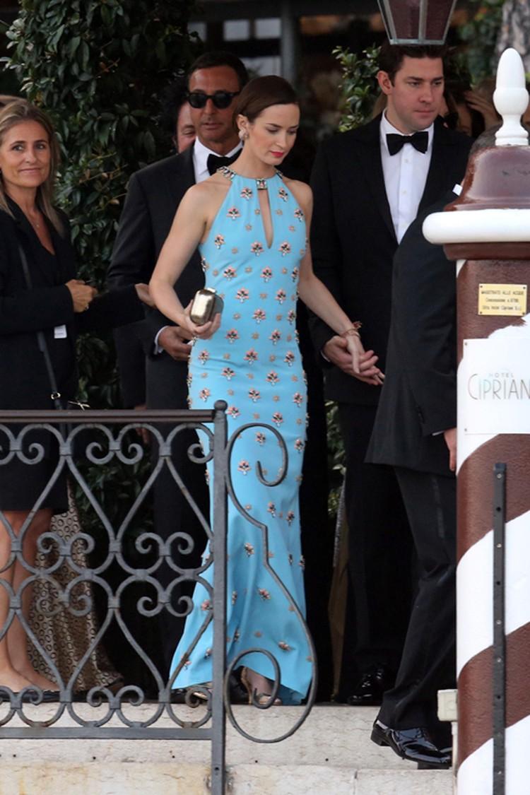 Актриса Эмили Блант выбрала для свадьбы друга Джорджа голубое платье, расшитое стразами - хоть сейчас на красную дорожку.