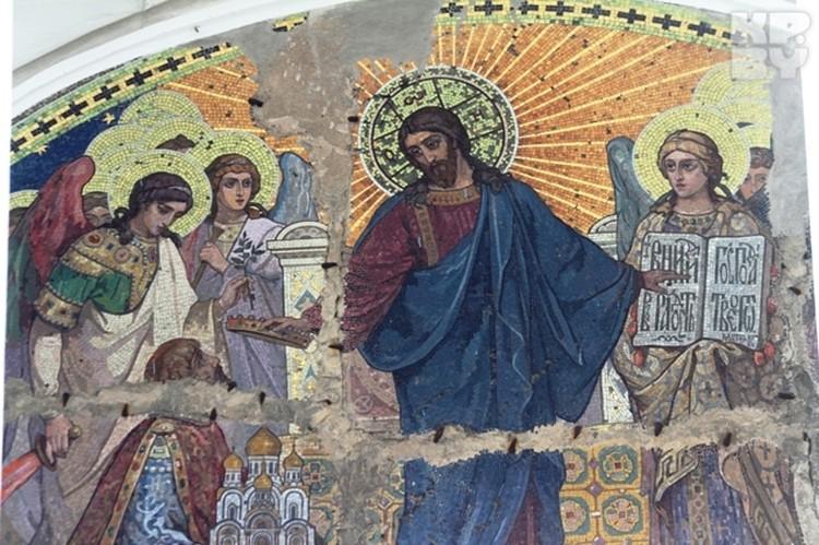 На одной из мозаик художники изобразили архитектора Варшавского храма Леонтия Бенуа