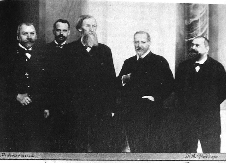Участники строительства Александро-Невского собора в Варшаве. Третий слева - это Васнецов. Фото: из архива храма.