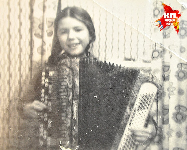 В детстве Лена (тогда еще Дмитриева) играла в оркесте и побеждала на конкурсах по классу баяна. Но выбрала юриспруденцию.
