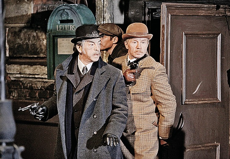 Михаил Сергеевич почти никогда не снимается с непокрытой головой. В «Шерлоке Холмсе» он в котелке... Фото: кадр из фильма.