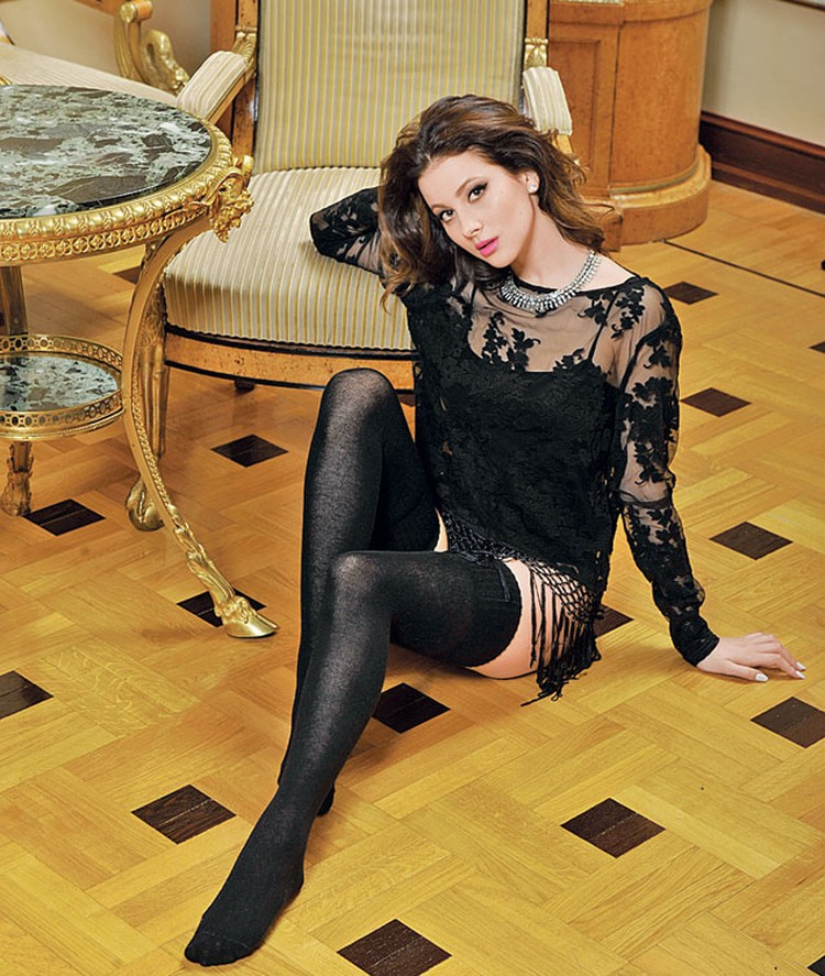 Насте Кожевниковой пришлось расстаться с парнем, после того как она попала в «ВИА Гру». На Насте: топ Asos, чулки Calzedonia.