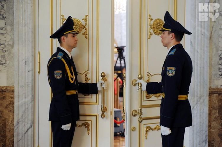 Двери перед лидерами открывали только парни в белых перчатках.