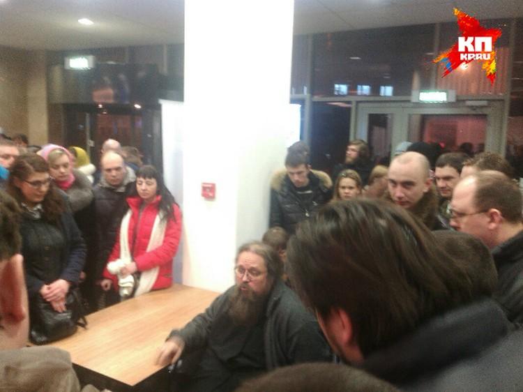 Лекцию Кураев продолжил в холле.