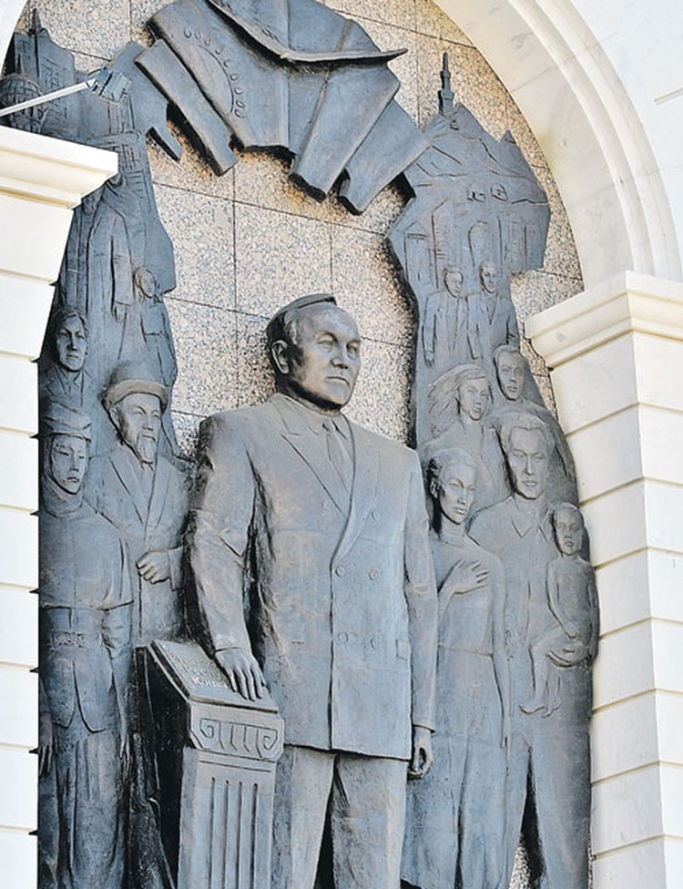Президент Нурсултан Назарбаев - непререкаемый авторитет в стране.  Носит титул Ёлбасы,  что означает «Отец народа».