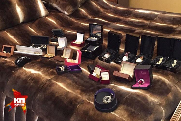 Судя по количеству часов, Хорошавин очень ценил роскошные подарки или был коллекционером... Фото: СК РФ
