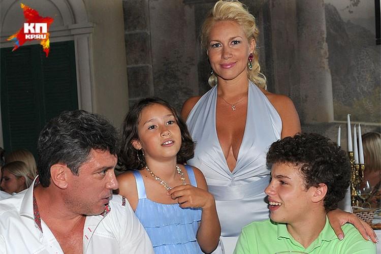 Борис Немцов и Екатерина Одинцова с детьми на праздновании дня рождения Екатерины Одинцовой. 13 июля 2011 года.