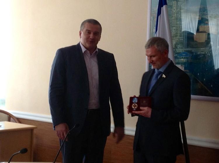 Сергей Аксенов (слева) и депутат Госдумы Алексей Журавлев.
