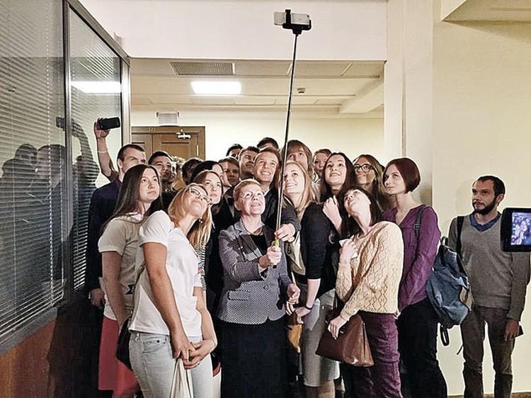 Депутаты быстро перенимают молодежную моду: селфи со штативом в думских коридорах теперь не редкость. Фото: Facebook.com