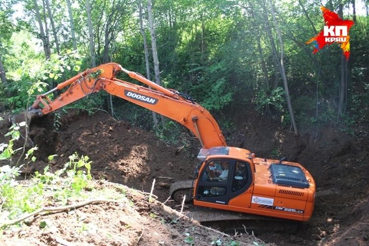 Поисковики в этом году с помощью экскаватора искали заброшенные шахты по склонам Красной горки