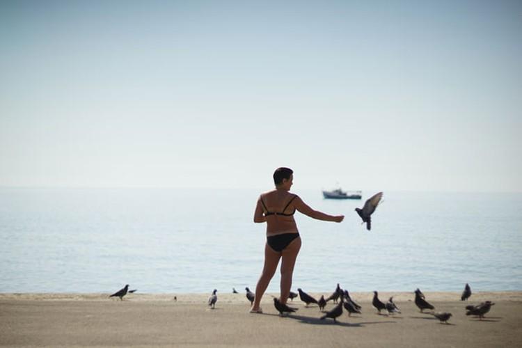 Местная достопримечательность, ее можно увидеть каждое утро - «Клара кормящая голубей»